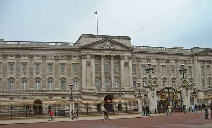 A front view of Buckingham Palace.